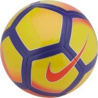 ナイキ ピッチは、試合や練習中にボールを目で追いやすいよう、コントラストの効いたグラフィックを採用。...