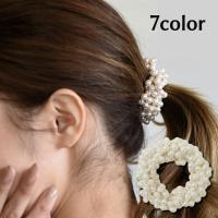 小粒のパールビーズがゴージャスなヘアシュシュ。 まとめ髪につけるだけで華やかフェミニンな印象に仕上が...