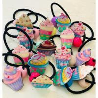 遊び心満点のカップケーキ柄のヘアゴム。 使わない時は腕にはめてブレス代わりにしてもOK。 傘やバッグ...