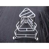 三脚の踏み台は荒れた地面でもしっかりと安定します。 脚の台座が爪になっていますので滑りやすい斜面でも...