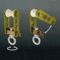 ■枠組などに渡したΦ48.6単管に設置し、ライフブロックを吊り下げてお使い下さい。 ■1台のライフブ...