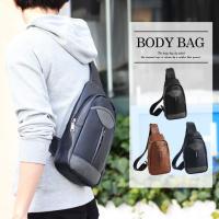 シンプルなデザインのPUレザーボディバッグ。  PU切り替え部分にポケットを配置するなど、デザイン的...