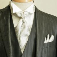 アスコットタイ(アスコットスカーフ)に共布のポケットチーフとスカーフリングをお付けした3点セットです...