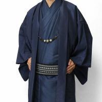 男性用着物として最もスタンダードな「紺色」の紬(つむぎ)の着物と羽織のセットです。光沢のある生地感で...