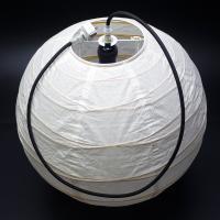 和風提灯型シェードを装着したペンダントライトは、ご家庭の和室はもちろん、飲食店などの店舗で非常にポピ...