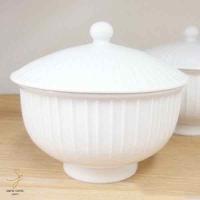 立筋模様が施された白磁の汲み出し茶碗。 デザインは言うまでも無く、シンプルで長く愛せる、ロングライフ...