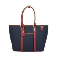 ベーシックなデザインながらカラーリングで遊び心を添えた、「Furbodesign」を代表するバッグシ...