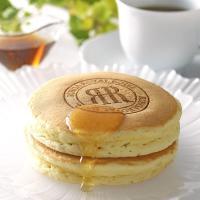 ふんわり焼き上げたバニラ風味のホットケーキはどなたにも喜ばれる朝食の定番。レンジで温めるだけでお召上...