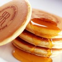 バニラの風味がほのかに香るふわふわのホットケーキです。忙しい朝に、又は週末のゆっくりとした朝食に是非...