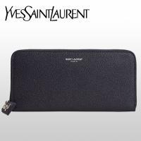 サンローランのロゴマークがさりげなく輝るシンプルな長財布。しっかりとした手触りの細かい型押しレザーを...