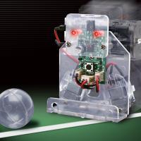 赤外線リモコン式サッカーロボットは、ドライバー1本で組み立てできるサッカーロボット工作キットです。左...