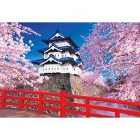 下乗橋から望む天守閣は、美しい桜と花びらのピンクに染まるお濠に彩られる(青森)。絵画のような情景をジ...