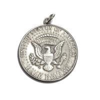 アメリカ大統領の紋章と、ジョン・F・ケネディの肖像がそれぞれの面に刻まれています。銀品位は40%です...