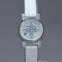 シェル文字盤にデザインされたヴィトンのロゴマークと、ベルト接続部のラグにダイヤモンドのセッティングさ...