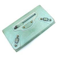 バレンシアガの長財布の入荷です!淡い黄緑色のビンテージレザーで、開閉はスナップボタン式。中はカード入...