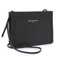 ツヤのあるヴィンテージ風レザー素材が高級感を醸し出す、バレンシアガのクラッチバッグ。 小さめのお財布...
