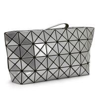 2000年に生まれて以来、世界中で人気の「BAOBAO」のクラッチバッグ。メッシュ素材の上に三角形の...