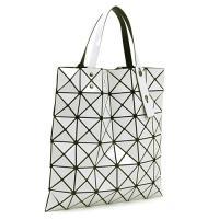 2000年に生まれて以来、世界中で人気の「BAOBAO」のトートバッグ。メッシュ素材の上に三角形のピ...