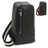 シンプルなデザインが目を惹く、バリーのボディバッグです。背面部にファスナー式開口部があり、バッグを肩...