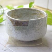 手のりがいい抹茶茶碗です。 石灰釉がたっぷりと塗ってあり 超高温焼成で窯で焼き上げてあります。 窯変...