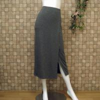 柔らかで伸縮性に富んだストレッチ天竺素材を使用したタイトロングスカート。  左裾にスリットが入り、歩...