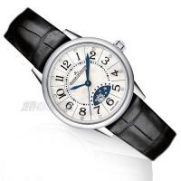 正統派の機械式時計ですが、マザーオブパールのやさしい輝きで女性らしさを引き立てています。そして、マニ...