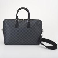 ■ビジネスの場でも抜群の存在感を漂わせるおしゃれなバッグ!そのデザイン性もさることながら、使いやすい...