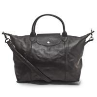 上質なレザーと、シンプルなデザインが人気のバッグ!コンパクトに折りたためるので、サブバッグとしても活...