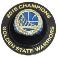 ゴールデンステイト・ウォリアーズの2015年レプリカチャンピオンリング。 ヘッド部分にチームロゴ、ア...