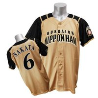 北海道日本ハムファイターズの2011年度新作レプリカユニフォームです。ビジター用は、大地の実り、豊か...