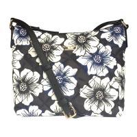 花柄のキルティング地にブランドロゴが上品なデザインです。広めの底マチに内側ポケット付きで、見た目以上...
