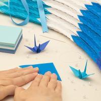 【商品詳細】 7.5cm角折り紙 青系5色 1020枚(予備20枚)と糸通しに必要な材料のキットです...
