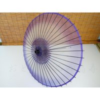 ぼかし絹傘 紫です。1尺五寸 二本柄。 材質 絹。 直径 約85cm。  長さ 約88cm。 重さは...