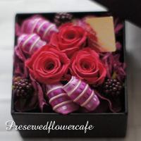 枯れないお花、プリザーブドフラワーのバラをおしゃれなボックスにあしらいました。フランス製の高級感あふ...