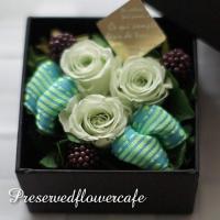 枯れないお花、プリザーブドフラワーのバラをおしゃれなボックスにあしらいました。<br /&gt...