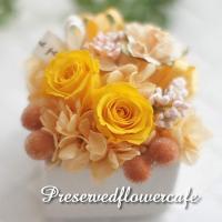 白い陶器の花器に、枯れないお花、プリザーブドフラワーのバラをアレンジし、ふんわりとあじさいをあしらい...