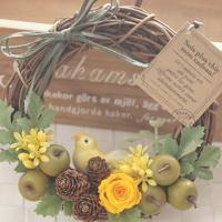 プリザーブドフラワーの黄色のバラに可愛い黄色の小鳥をあしらったリースです。(出来上がり大きさ 直径約...