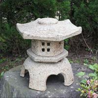 お庭や玄関などに信楽焼灯籠を置かれると味わい深く、庭の表情を引き締めるポイントになります。庭の風景の...