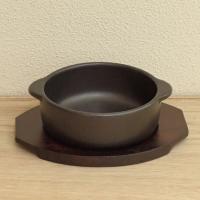 ブラックの磁器製丸いグラタン皿と、ぴったりと皿を載せられるサイズの木製敷台(敷板)のセットです。 グ...