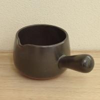 ブラックの磁器製ホンジュパンです。電子レンジやオーブンは勿論、直火までO.K..の重厚感ある肉厚の鍋...