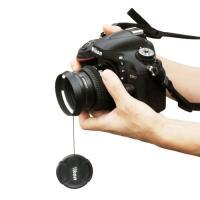 取付方法は簡単。 ストラップをカメラに取り付け、円形部分の両面テープを剥がしキャップに貼り付けるだけ...