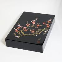 紅と白の梅が綺麗な文箱です。 A4サイズの書類が収まる大きさです。  【商品名】 文庫 香林 【素材...