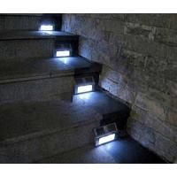 暗くなり、ソーラー発電量が少なくなると自動的に点灯します。  防滴タイプですので、玄関入り口の足元用...