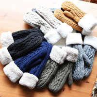 内側ボアが暖かい♪ ほっこりとした雰囲気のミトン手袋。 ざっくり編みのケーブルデザインと、 折り返し...