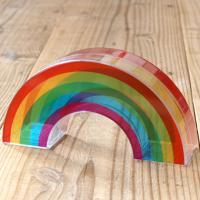 日本の7色の虹とは異なり5色で構成された シンプルなレインボーカラーが可愛い、虹の貯金箱。 両面に印...