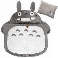 大きなトトロの形をしたシュラフ (寝袋) は、おなかのチャックを開けると、小さなお子さまがスッポリ中...