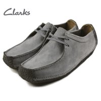 クラークスの代表的な定番モデルの1つ。  土踏まずをサポートするアーチクッションは名品「ワラビー」...