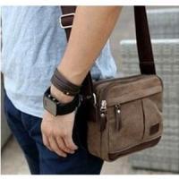 小ぶりで使いやすいバッグです。  男女兼用で年齢を選ばず、お使いいただけると思います。   サイズ:...