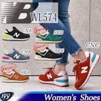 ニューバランスの伝統的なデザインを継承する「574」をスエード/メッシュ素材で展開する人気の女性用モ...
