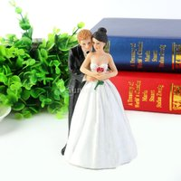 概要:  ロマンチックなウエディングケーキトッパーは、新郎が新婦の手で花嫁とバラを抱きしめ 高品質の...